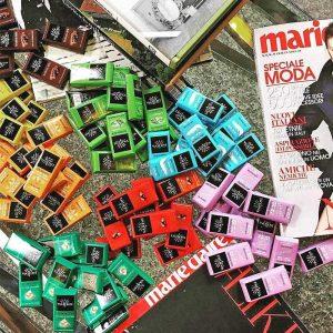 expositor con mini tabletas de chocolate vanini más grande una napolitana gourmet leon